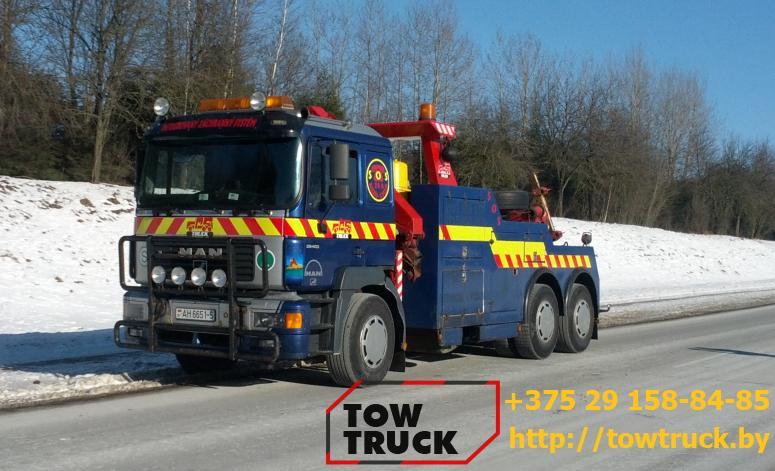 грузовой эвакуатор на трассе