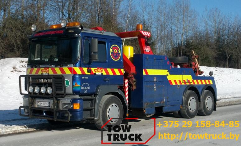 грузовой эвакуатор на шоссе